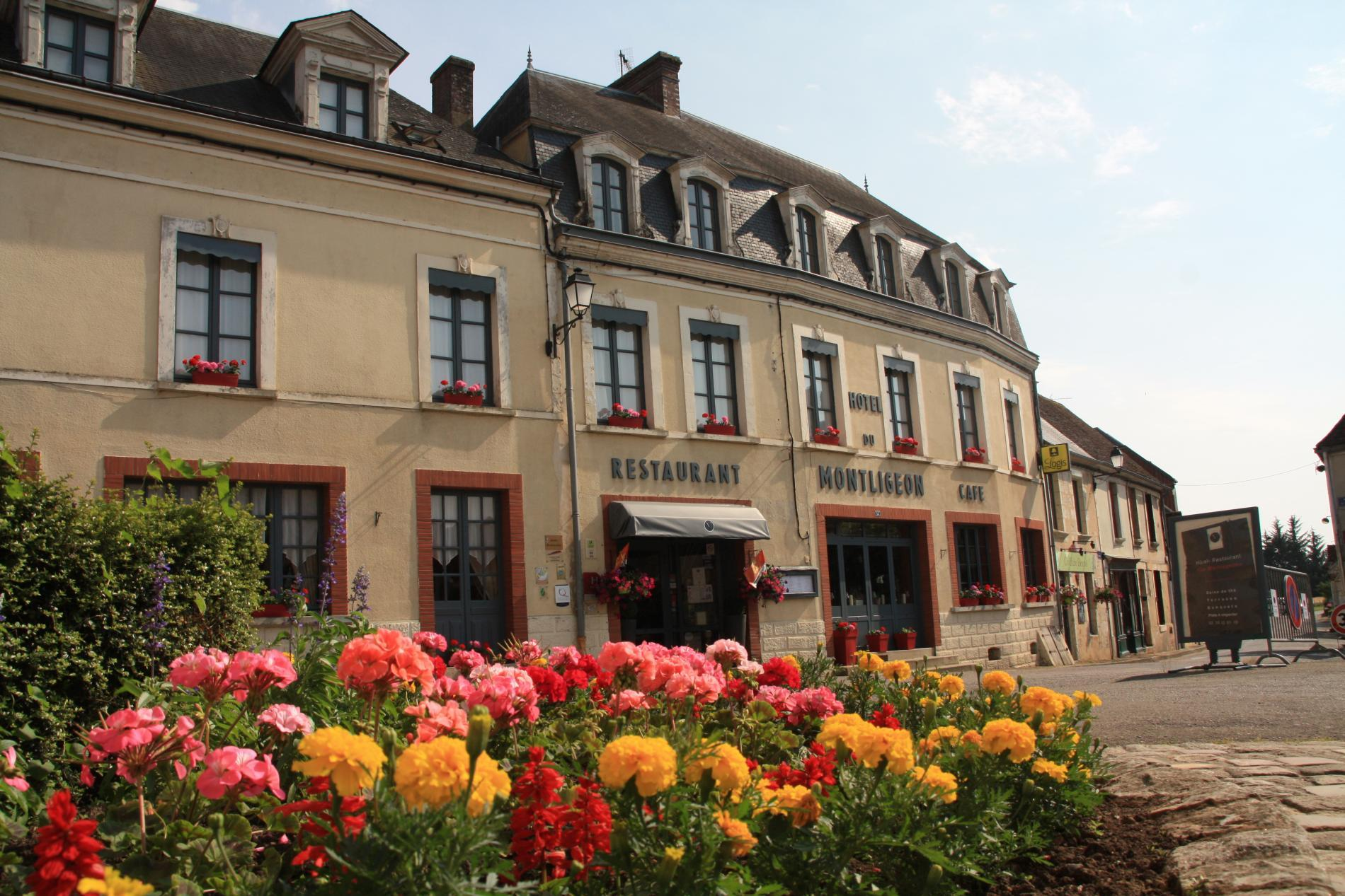 L'Hôtel Restaurant Le Montligeon et la place du village