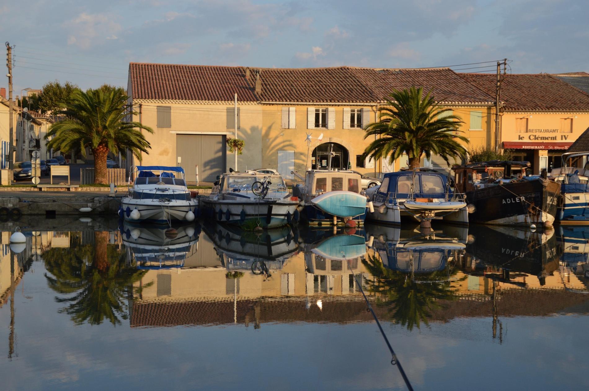 Hotel sur le port de Saint-Gilles