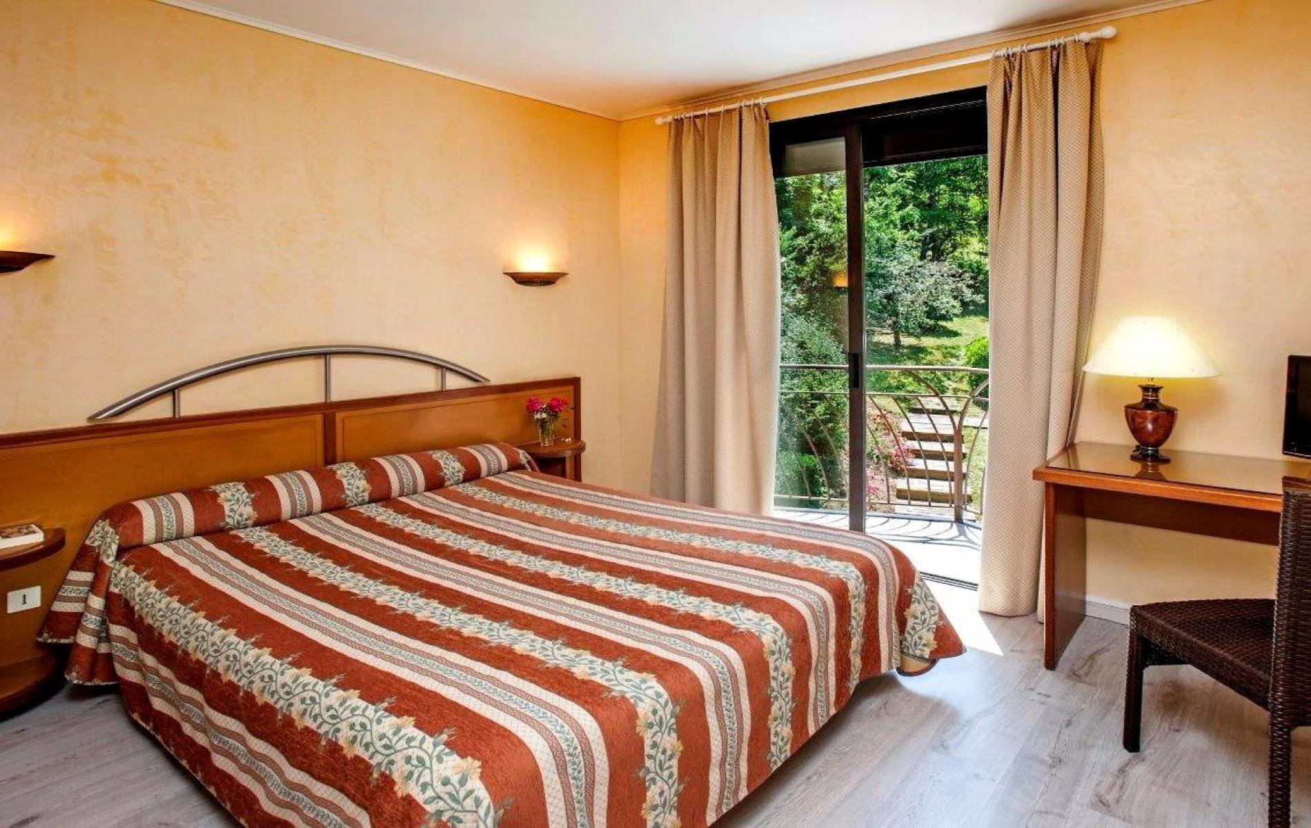 Chambre supérieure avec lit double 160 x 190 et balcon