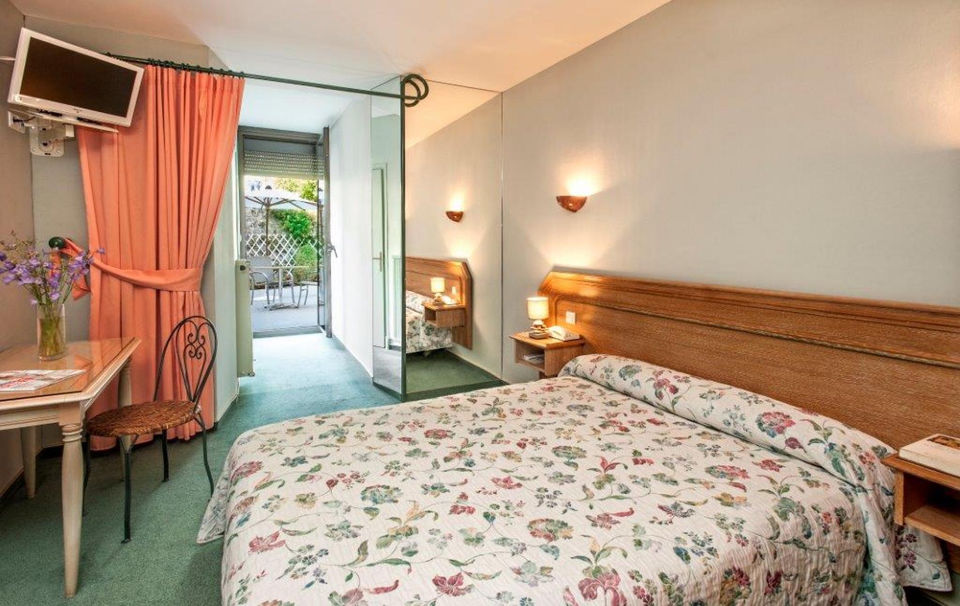 Chambre double Confort lit double 140 x 190, terrasse commune aux chambres voisines