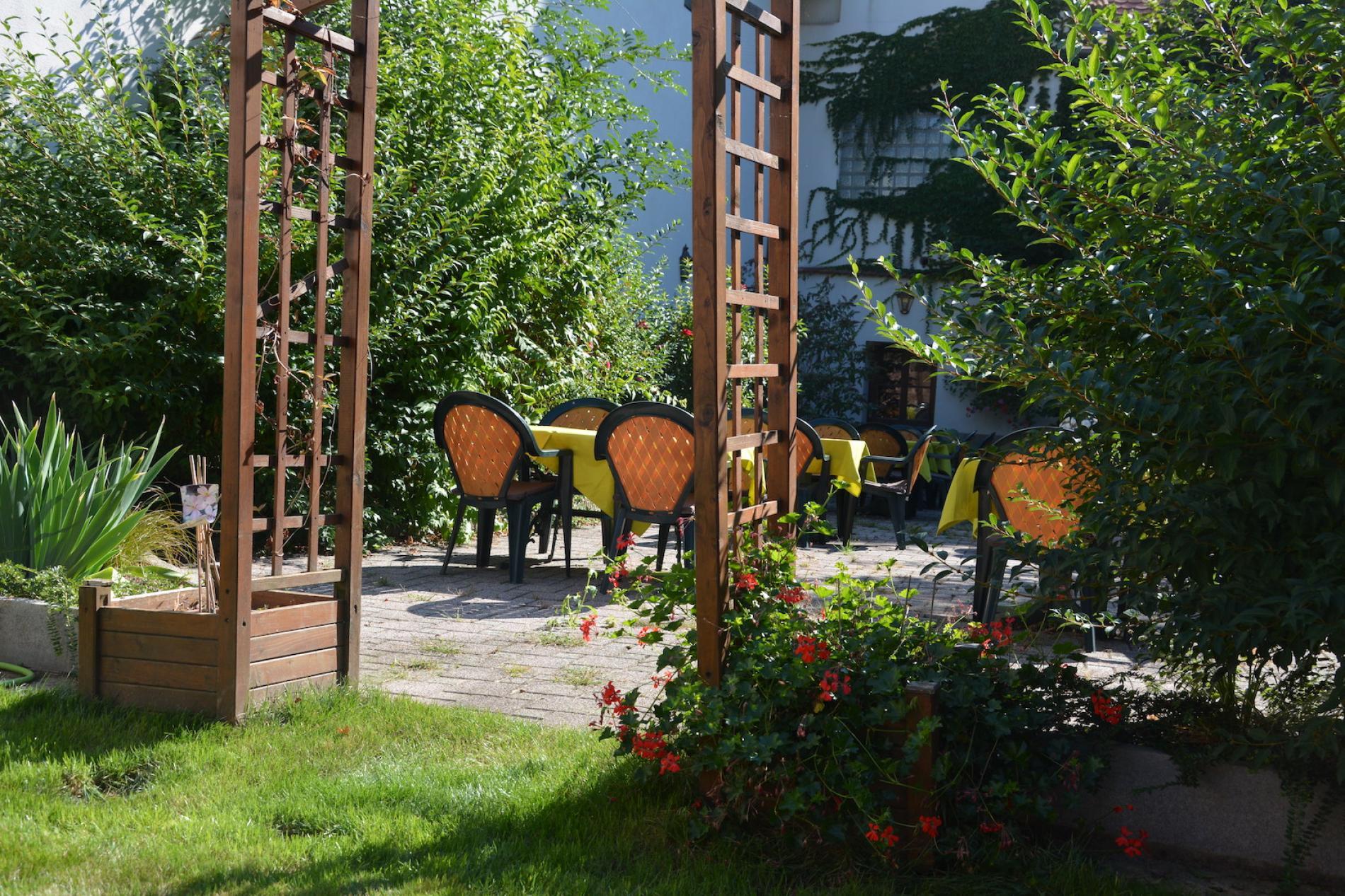 Hôtel*** à Molsheim sur la Route des Vins d'Alsace<br> Profitez du calme de notre patio fleuri.