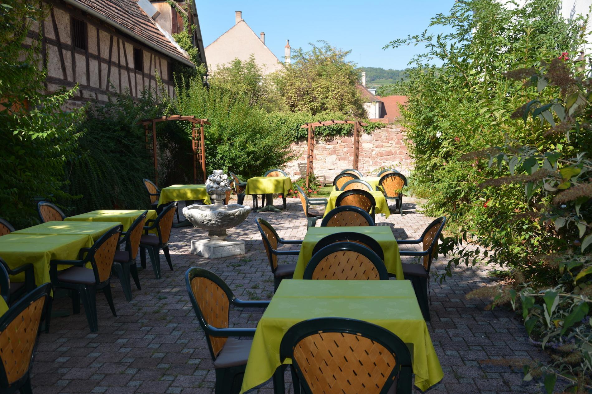 Logis Cosy pour une Escapade détente à Molsheim<br> Le Patio pour se détendre et prendre le petit-déjeuner