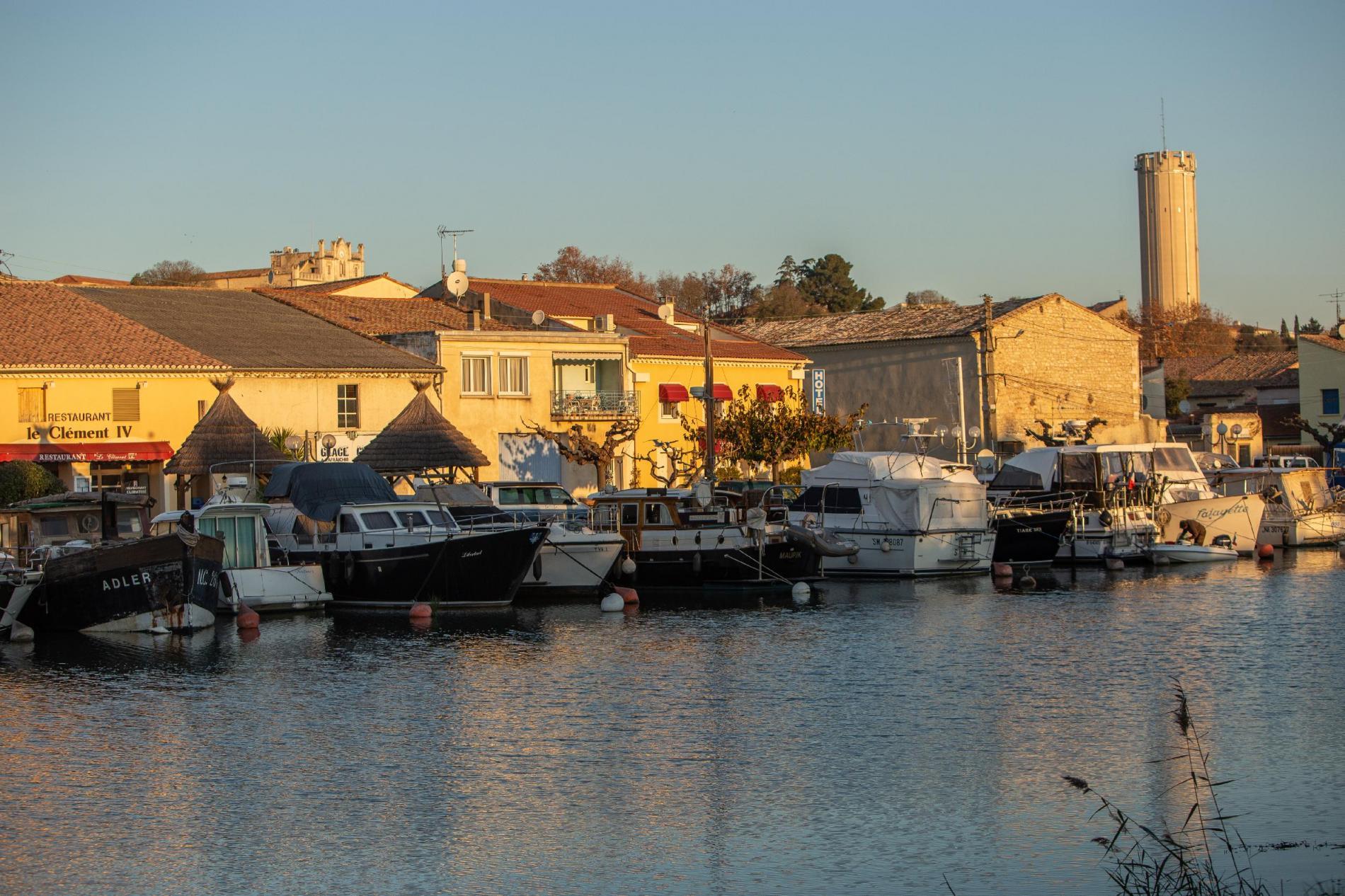 Le port et les bateaux face à l'Hôtel Héraclée